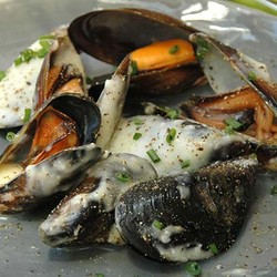 Peppered mussels with garlic sauce %282%29