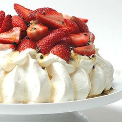 Pavlova with cheesecake filling